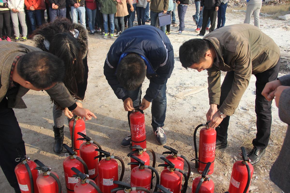 保卫处老师指导使用消防设备
