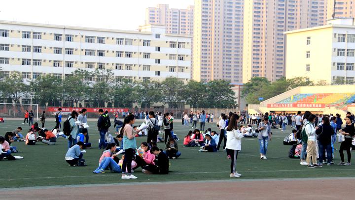我校举办大学生万人晨读活动