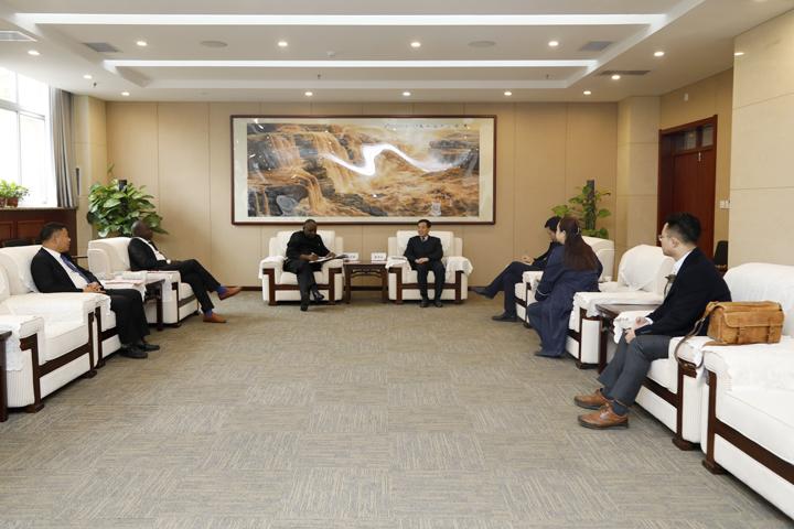 赞比亚中国友好协会秘书长穆万萨一行来访我校