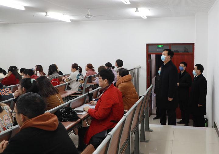 校领导带队巡查开学第一堂课教学情况