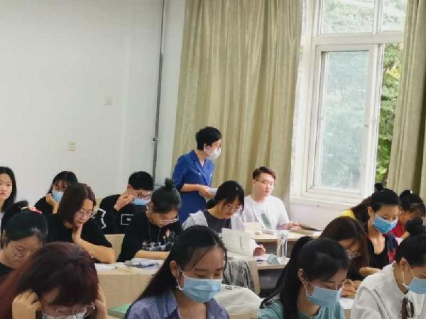 人文管理学院领导检查新学期学生上课情况