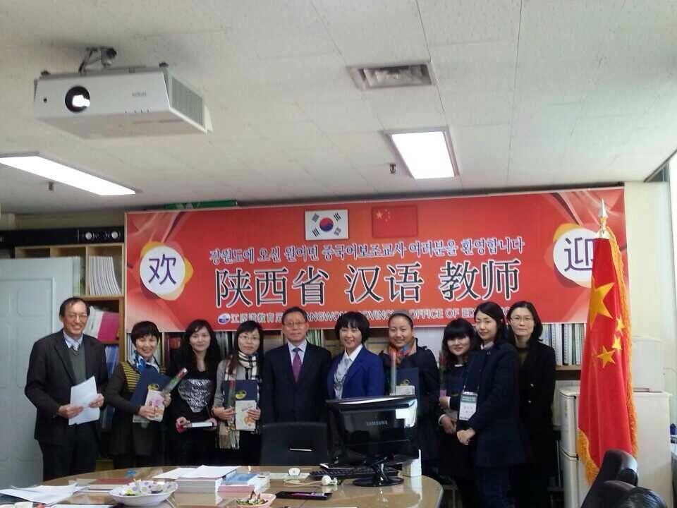 于克慧副教授(左二)和其他汉语教师及韩国负责人合影